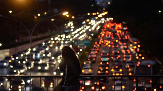 26jul2013-transito-intenso-nos-dois-sentidos-da-avenida-23-de-maio-proximo-ao-parque-do-ibirapuera-zona-sul-de-sao-paulo-no-final-da-tarde-desta-sexta-feira-26-1374882101338_1920x1080